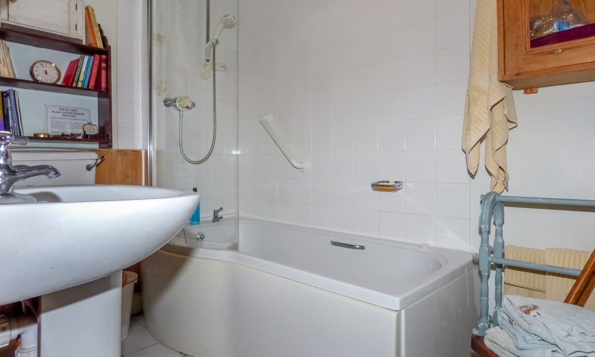 Glendale 27 Main Street Mochrum Bathroom